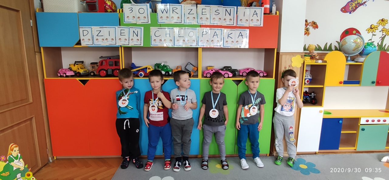 sześciu chłopców z medalami