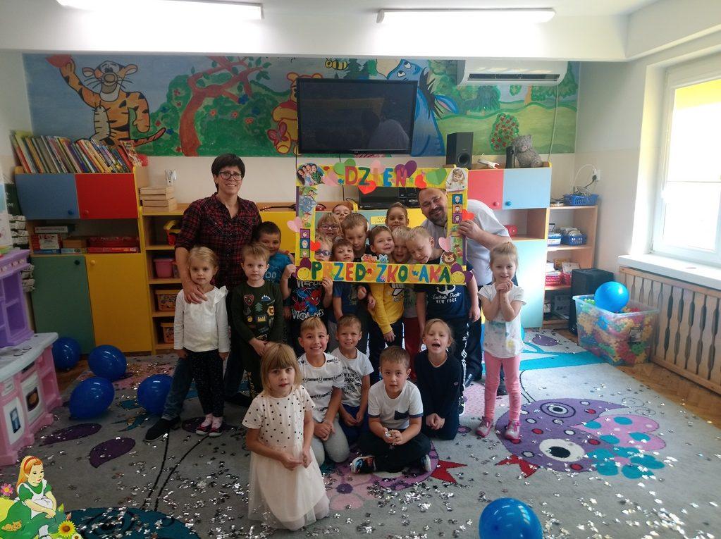 Wspólne zdjęcie z przedszkolaków z dyrektorem BIblioteki Miejskiej w Skępem