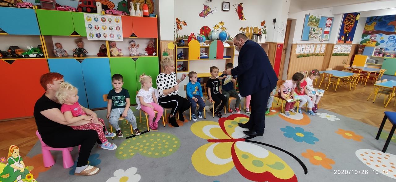 Pan Jurek rozdaje dzieciom książeczki