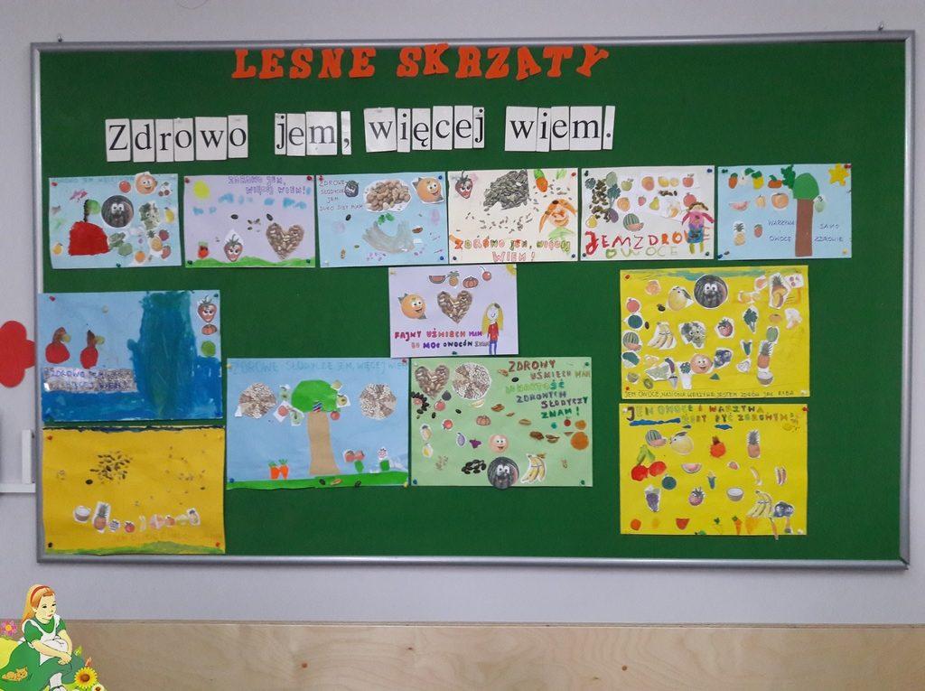 Tablica z pracami dzieci dotyczącymi reklamy zdrowych słodyczy.