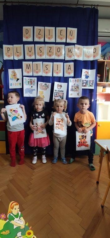 Dzieci prezentują swoje prace plastyczne