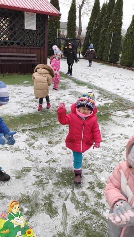 Dzieci bawią się śniegiem